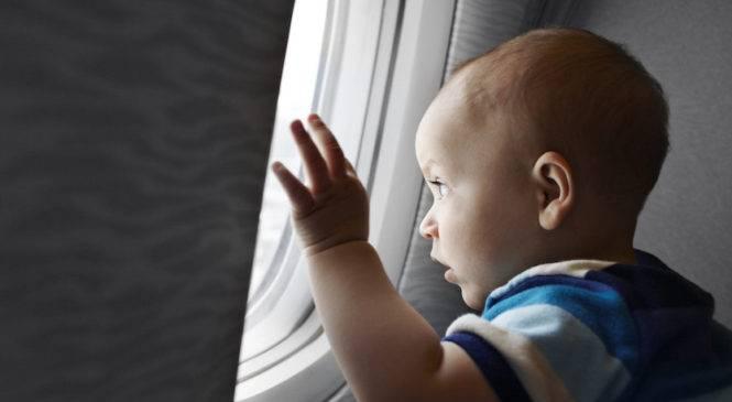 Viaggiare in aereo con bambini piccoli si può?