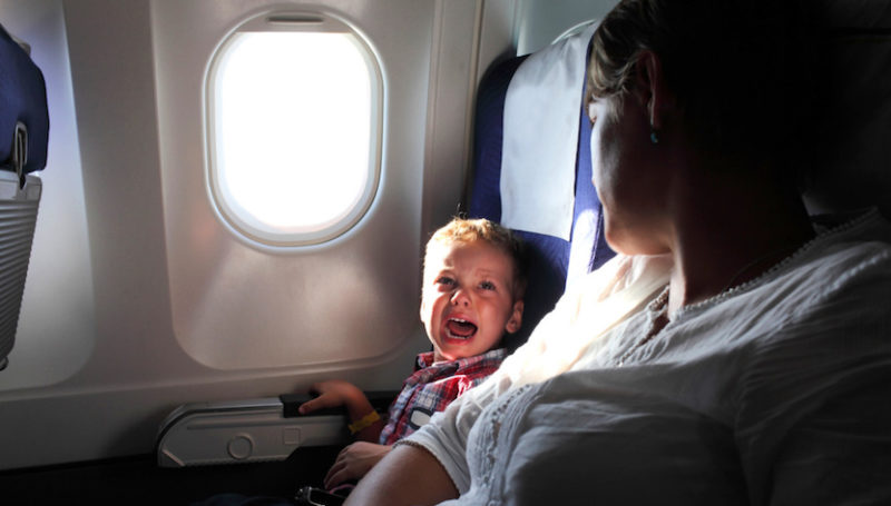 bambino piange in aereo